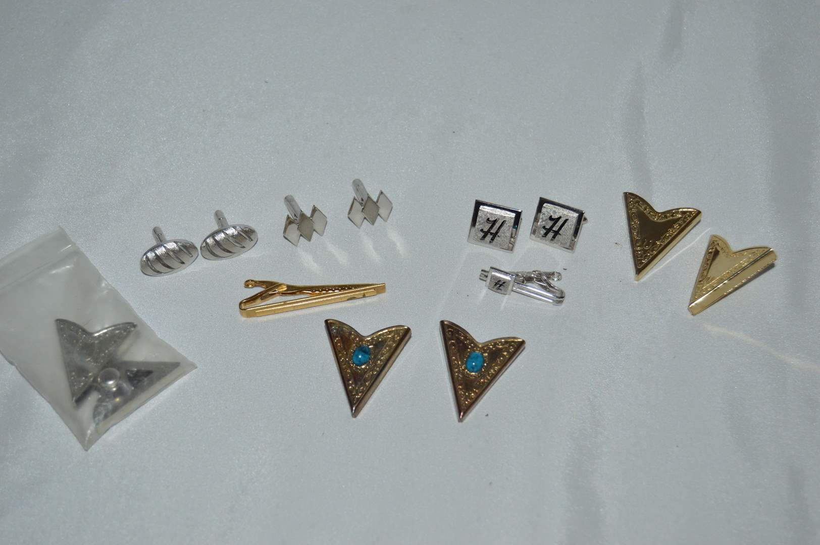 Lot # 95 Cuff links & shirt collar clips (main image)