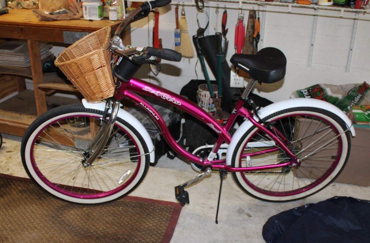 """Lot#114 26"""" Ladies Kent Del Rio Cruiser Bicycle - has rust  (main image)"""