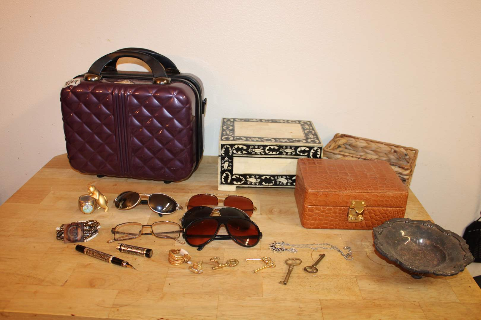 Lot#209 Jewelry box, bowl, trinket box, sunglasses, keys, costume jewelry, Elgin cat desk clock, Triforce makeup travel bag (main image)