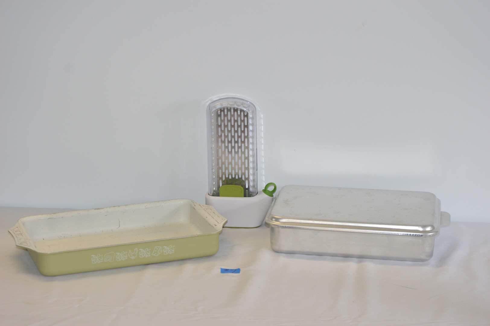 Lot # 7 Baking pans & Prepara shredder (main image)