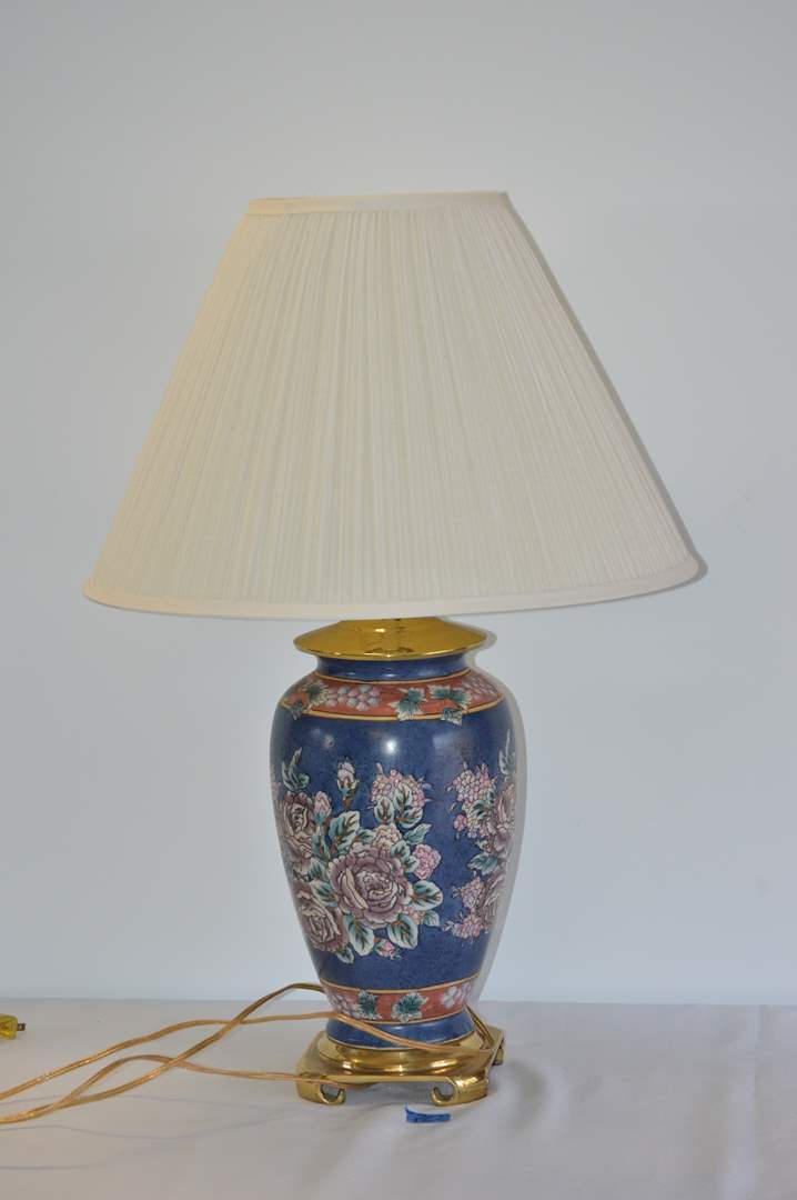 Lot # 20 Nice floral table lamp w/ shade (main image)