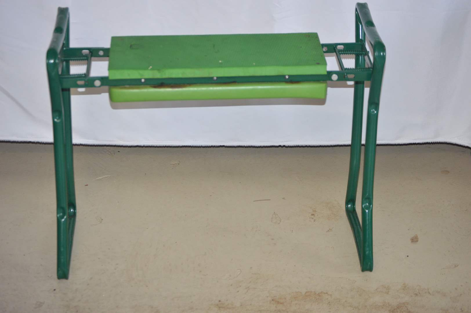 Lot # 105 Portable/fordable garden work bench (main image)